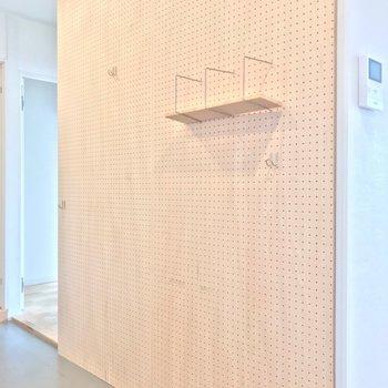 廊下の途中には有孔ボード。エアプランツをたくさん飾りたい!(※写真は清掃前のものです)