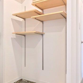 シューズボックスの代わりに可動棚。お気に入りの靴、メンテの頻度が上がりそうだ(※写真は清掃前のものです)