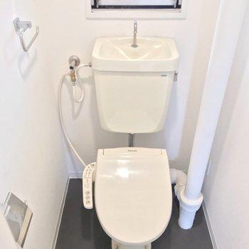トイレはウォシュレット付き。窓もあります(※写真は清掃前のものです)