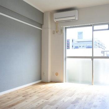 リビング、洋室、どのお部屋も南向きでしっかり光が入ってきます(※別部屋の写真です。実際のクロスは薄いグレーです)
