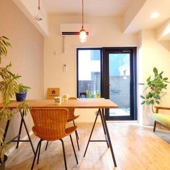 シンプルなお部屋には目の引く色味の家具を置くとぐっと映えますね※写真はイメージ