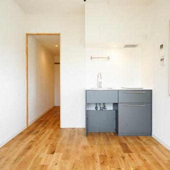 キッチンはグレーカラーに※写真は402号室