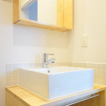 洗面台は大工さんお手製のアクセントタイル付きのものに