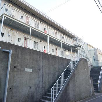 高台に立つ2階建てアパートです