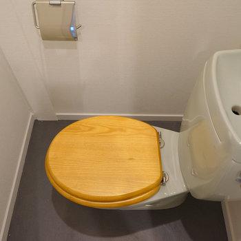 トイレは木製の便座に、小物も新しく