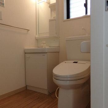 洗面台とトイレは同じスペースに。※写真は別部屋です