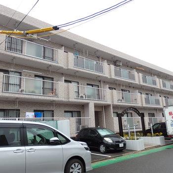 3階建ての横に長いマンション