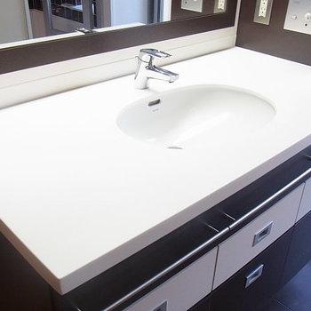 清潔感溢れる洗面台