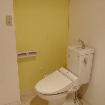 アクセントクロスが可愛らしいトイレ。