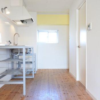 無垢床にワイルドなキッチン。黄色のクロスがアクセントです。