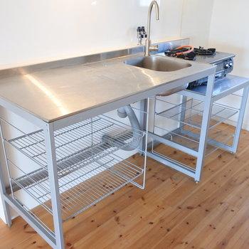 キッチンはワイルドなデザイン。高さが高いので男性的な雰囲気。