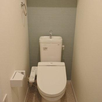 トイレのアクセントクロスがいい色してた。