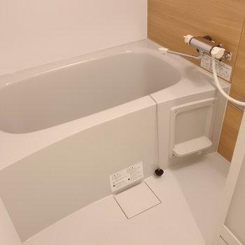 お風呂はゆったりサイズ。