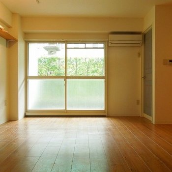 ちょっとした棚がついているのが嬉しいですね(※写真別室色合いが少し異なります!)