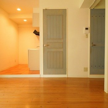 キッチンは一段上がったステージ上に(※写真別室色合いが少し異なります!)