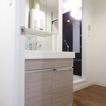 独立洗面台は幅広で朝の支度もストレスフリー(※写真は4階の同間取り別部屋のものです)