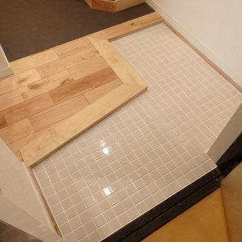 玄関の床タイルもシンプルおしゃれな白で統一