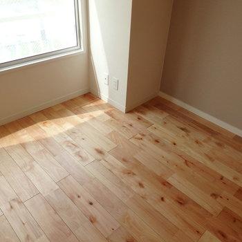 バーチ(樺桜)材の床です