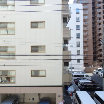 窓からの景色。このあたりはマンションも多いです