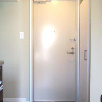 玄関はこちらです。※写真は202号室