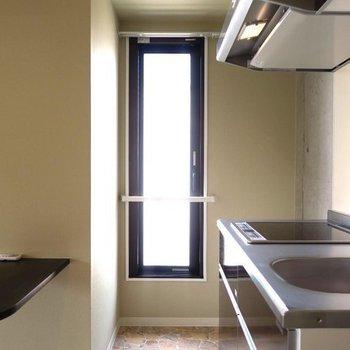 キッチンだって明るく!※写真は202号室