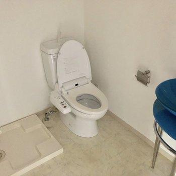 洗濯機・トイレ・洗面台が同じ空間にあります