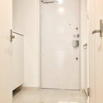 玄関はシンプルに。(※写真は同間取り別部屋のものです)