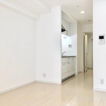 キッチンの奥には冷蔵庫スペースもありますよ。(※写真は同間取り別部屋のものです)