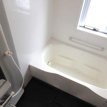 お風呂は嬉しい取っ手付き!