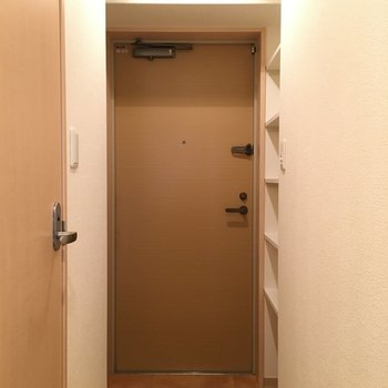 脱ぎ履きに問題ない広さ(※写真は5階の同間取り別部屋のものです)