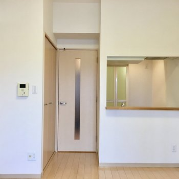 カウンターキッチンのおかげで開放感なお部屋に(※写真は5階の同間取り別部屋のものです)