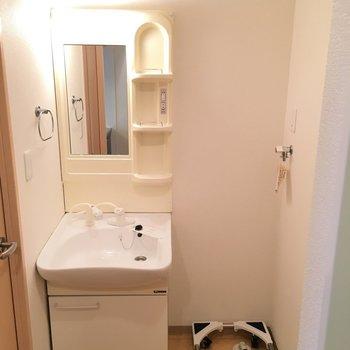 キッチンの右横には洗濯機置き場と洗面台が(※写真は5階の同間取り別部屋のものです)