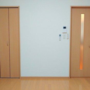 コーディネートしやすそうなナチュラルデザインです ※写真は1階の同間取り別部屋のものです
