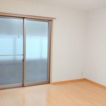 カーテンは何色にしようかな ※写真は同じ間取りの別部屋