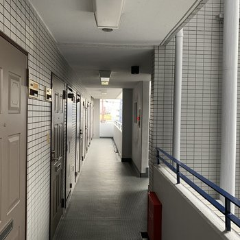 廊下は少し渋め