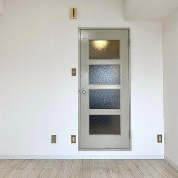 床も壁もクセがなく、どんな色の家具でも似合いそう