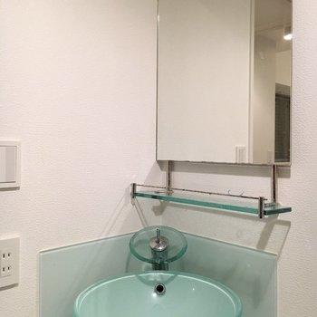 洗面台は水色!(※写真は4階の同間取り別部屋のものです)