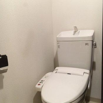 おトイレにはウォシュレットもついてます。(※写真は4階の同間取り別部屋のものです)