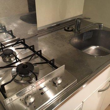 キッチンは2口。(※写真は4階の同間取り別部屋のものです)