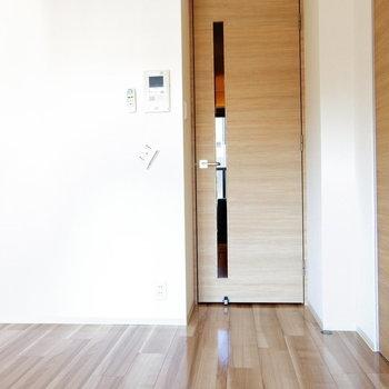 ドア&扉はウッド調☆※写真は11階の同間取り別部屋のものです