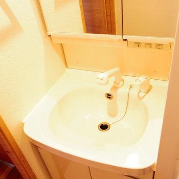 どでかい独立洗面台※写真は11階の同間取り別部屋のものです