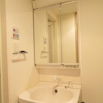 脱衣所に洗面台。隣に洗濯機置き場もあります(※写真は8階の同間取り別部屋のものです)