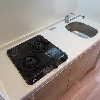 キッチンは便利なシステムキッチン(※写真は8階の同間取り別部屋のものです)
