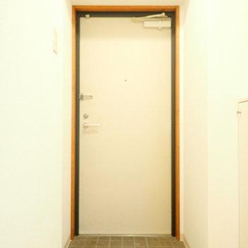 玄関はゆとりがあります。※写真は同間取り別部屋のものです。