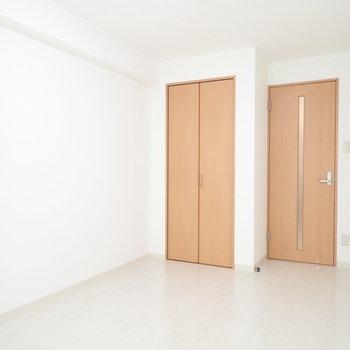 ベットを置いても余裕があります。※写真は同間取り別部屋のものです。