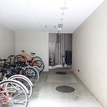 駐輪場は建物の中です。