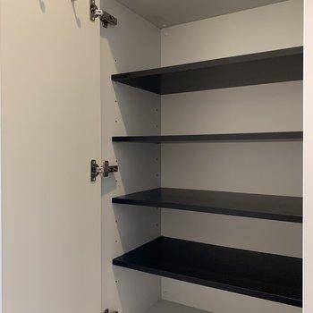 棚の高さは使いやすいたかさに調整してくださいね。(※写真は5階の同間取り別部屋のものです)