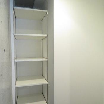 奥には隠せる収納が(※写真は11階の同間取り別部屋のものです)