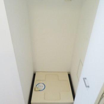 廊下の扉をあけると洗濯機置き場が(※写真は11階の同間取り別部屋のものです)