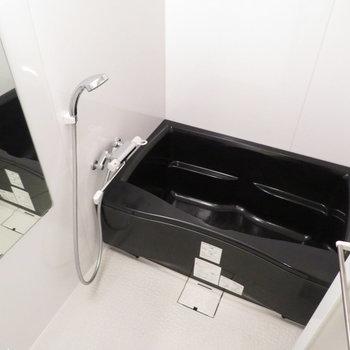 ブラックのバスタブは珍しいですね(※写真は11階の同間取り別部屋のものです)